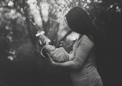 outdoor-newborn-session-black-and-white
